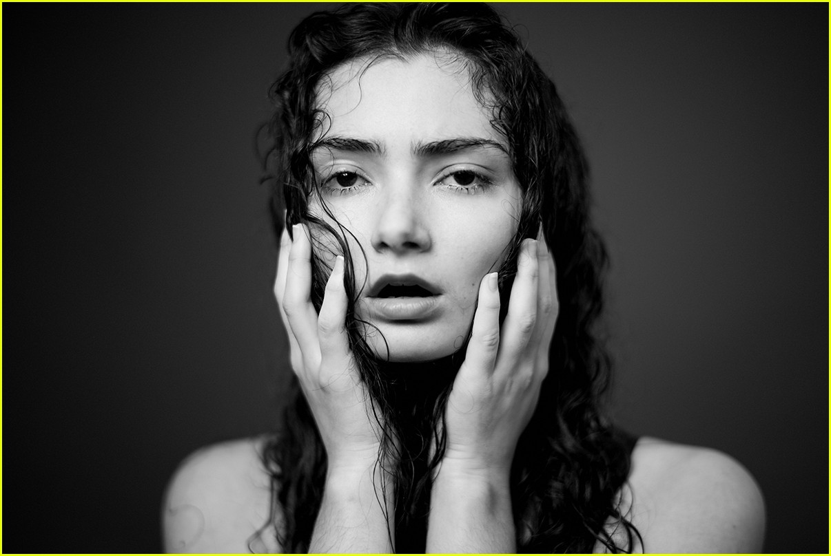 transparents emily robinson stuns in expressive new photo shoot 053885856