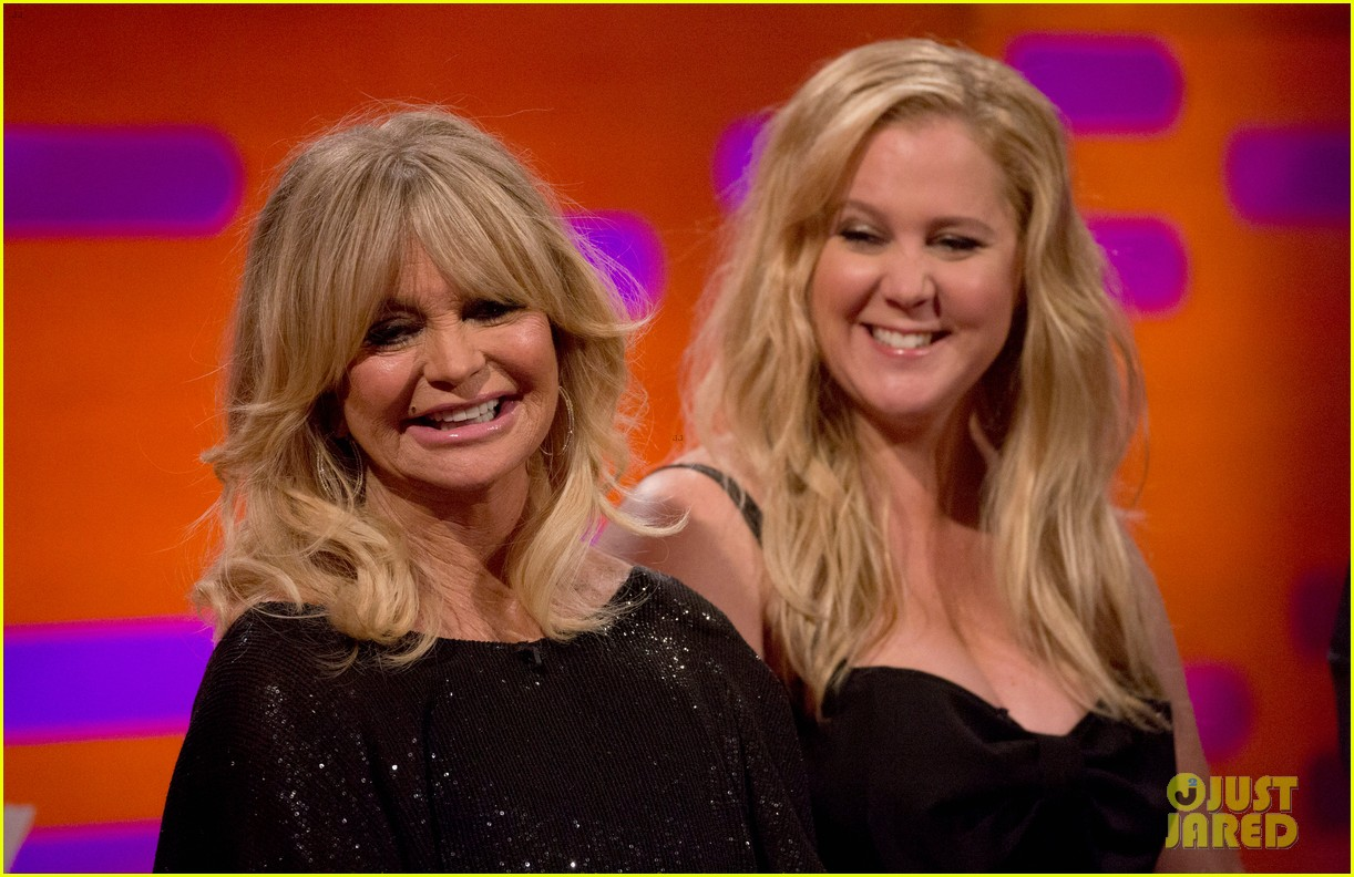 amy schumer wishes she came out of her snatched co star goldie hawn 033891649