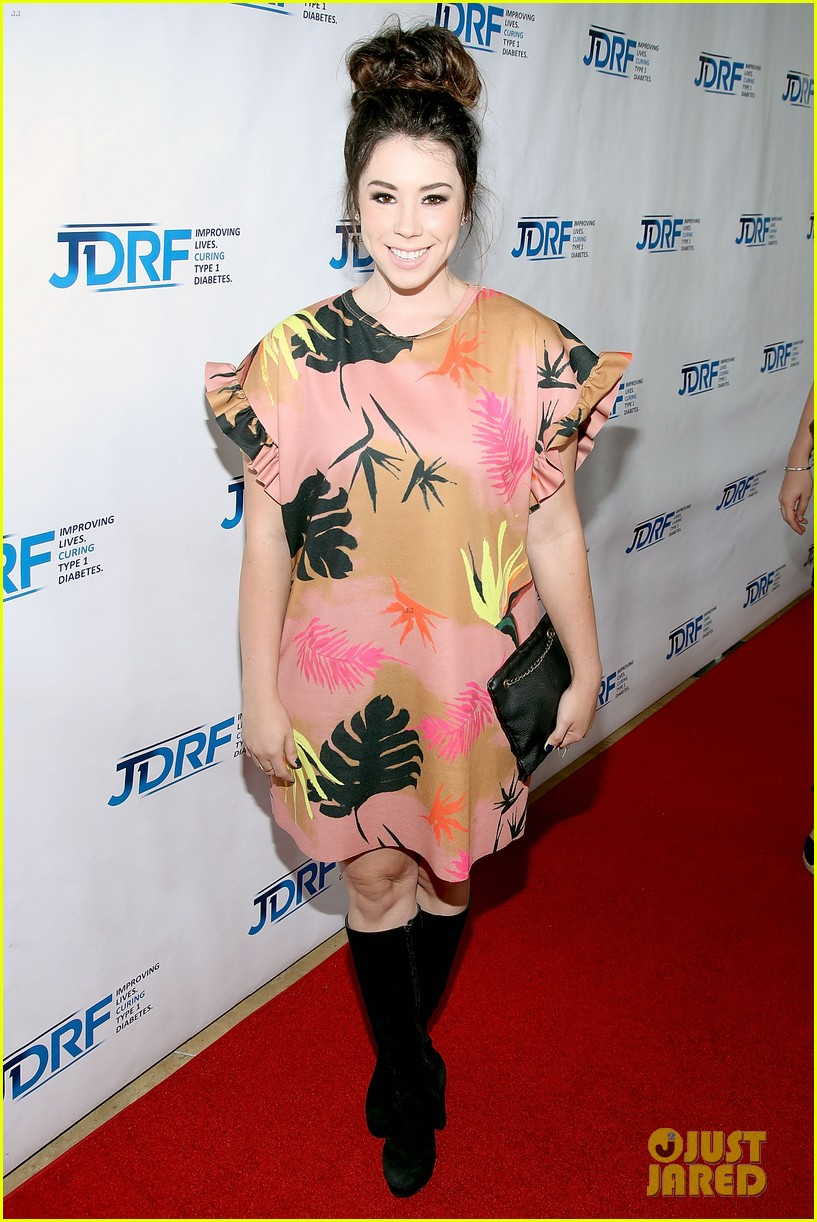 hailee steinfeld meets up with usher at jdrf imagine gala 2017 053889765