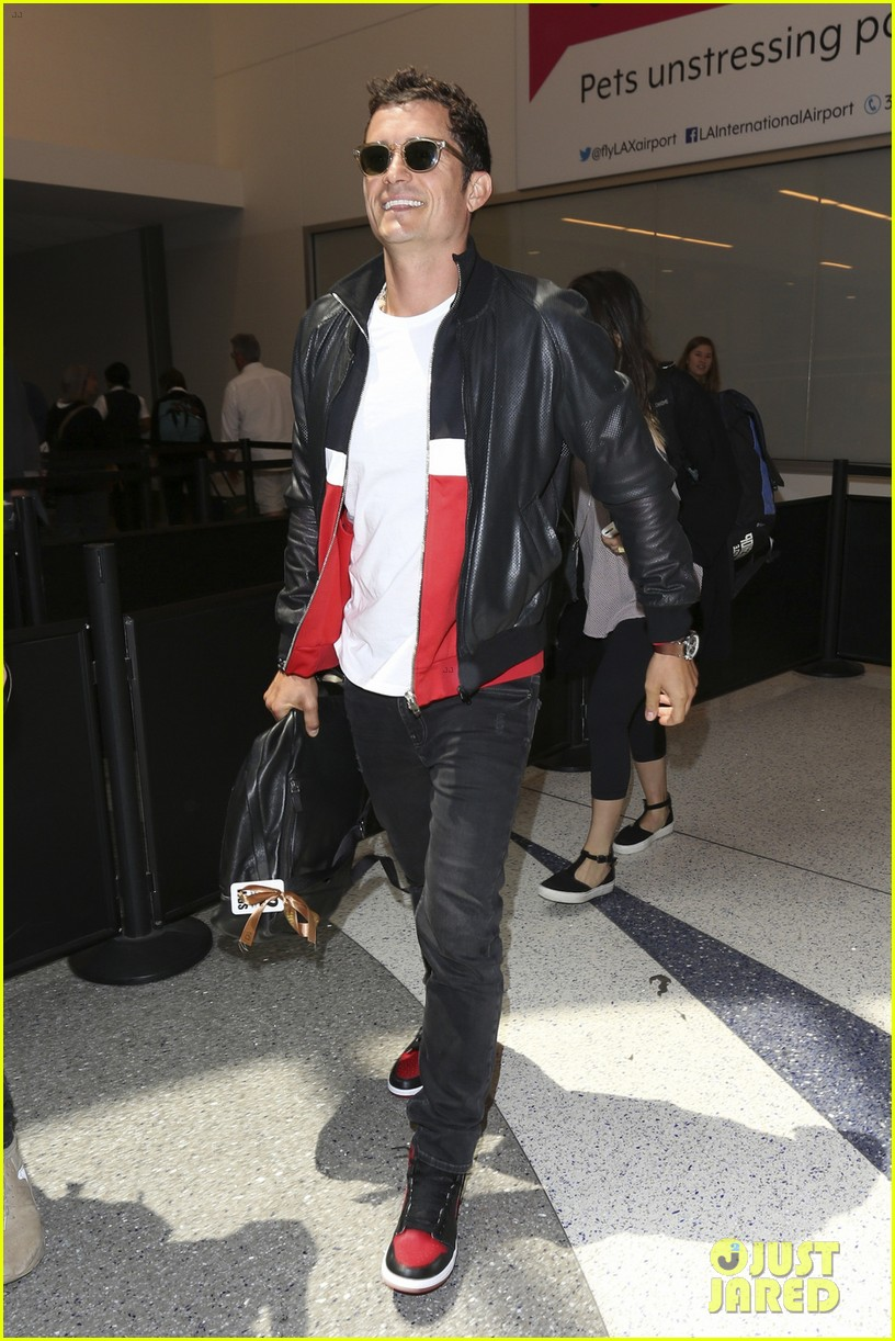 orlando bloom is all smiles arriving at lax airport023897118