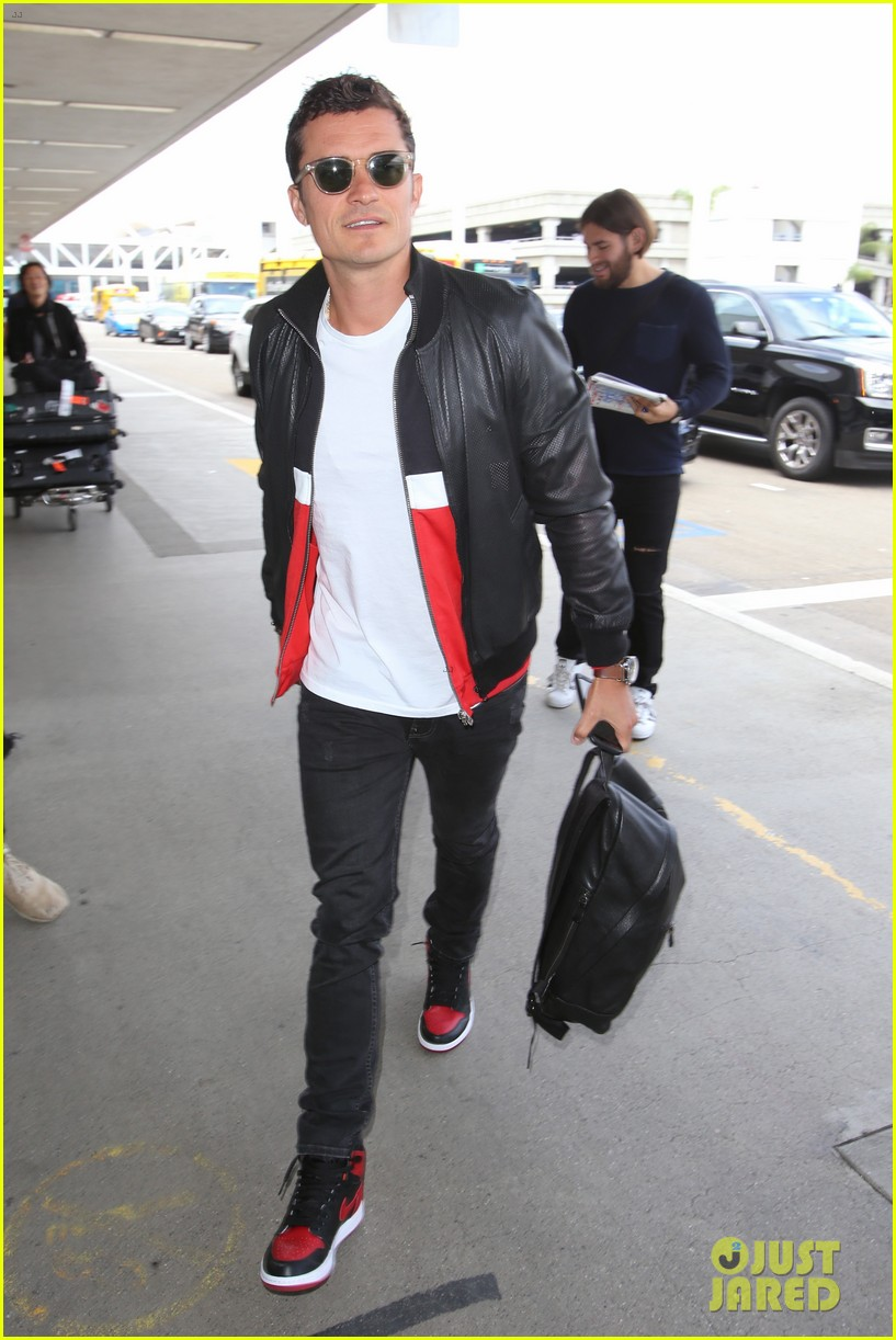 orlando bloom is all smiles arriving at lax airport043897120