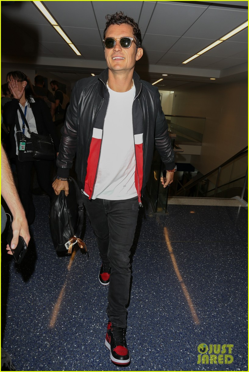 orlando bloom is all smiles arriving at lax airport053897121