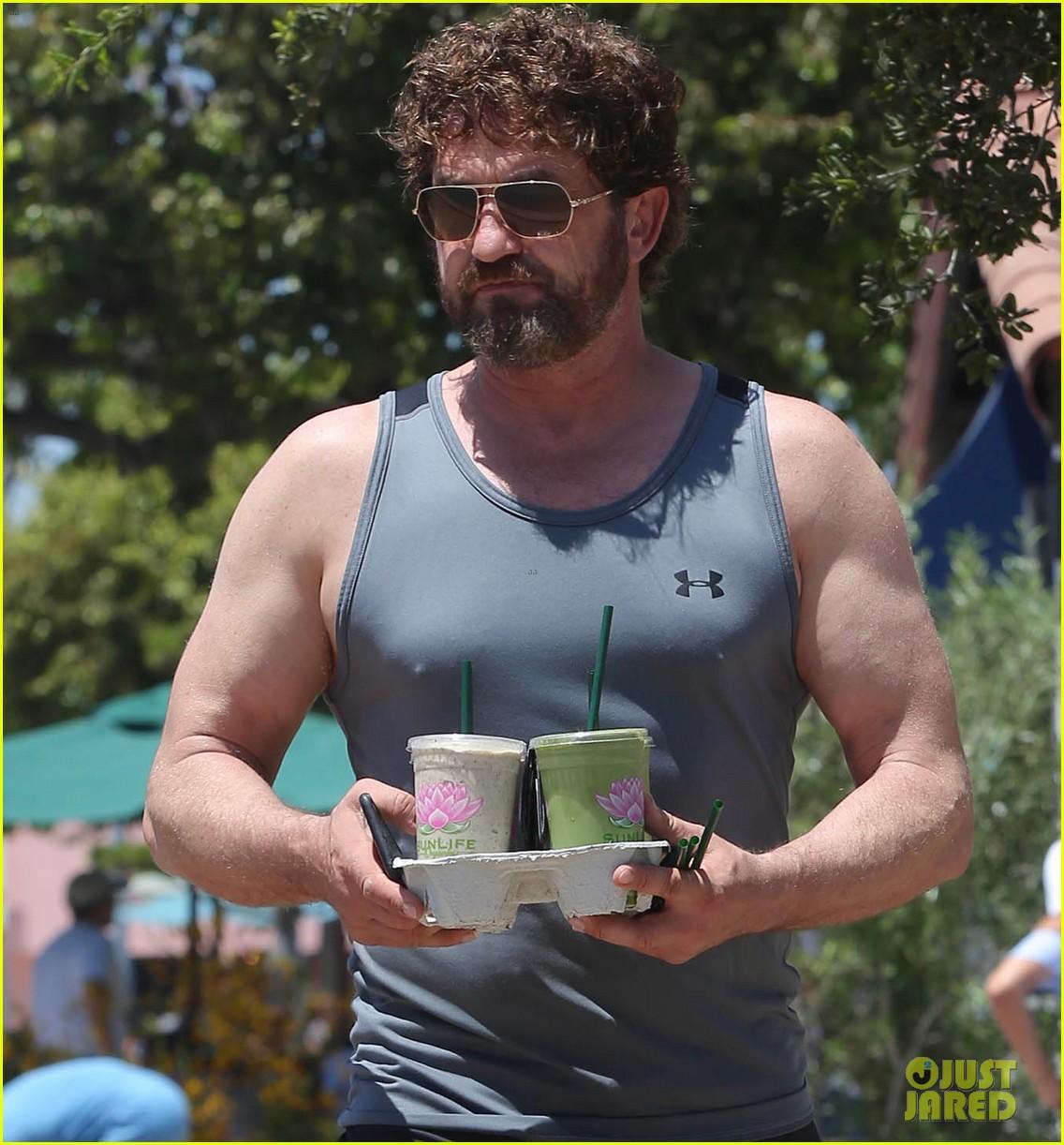 gerard butler shows off his buff biceps in la023906728