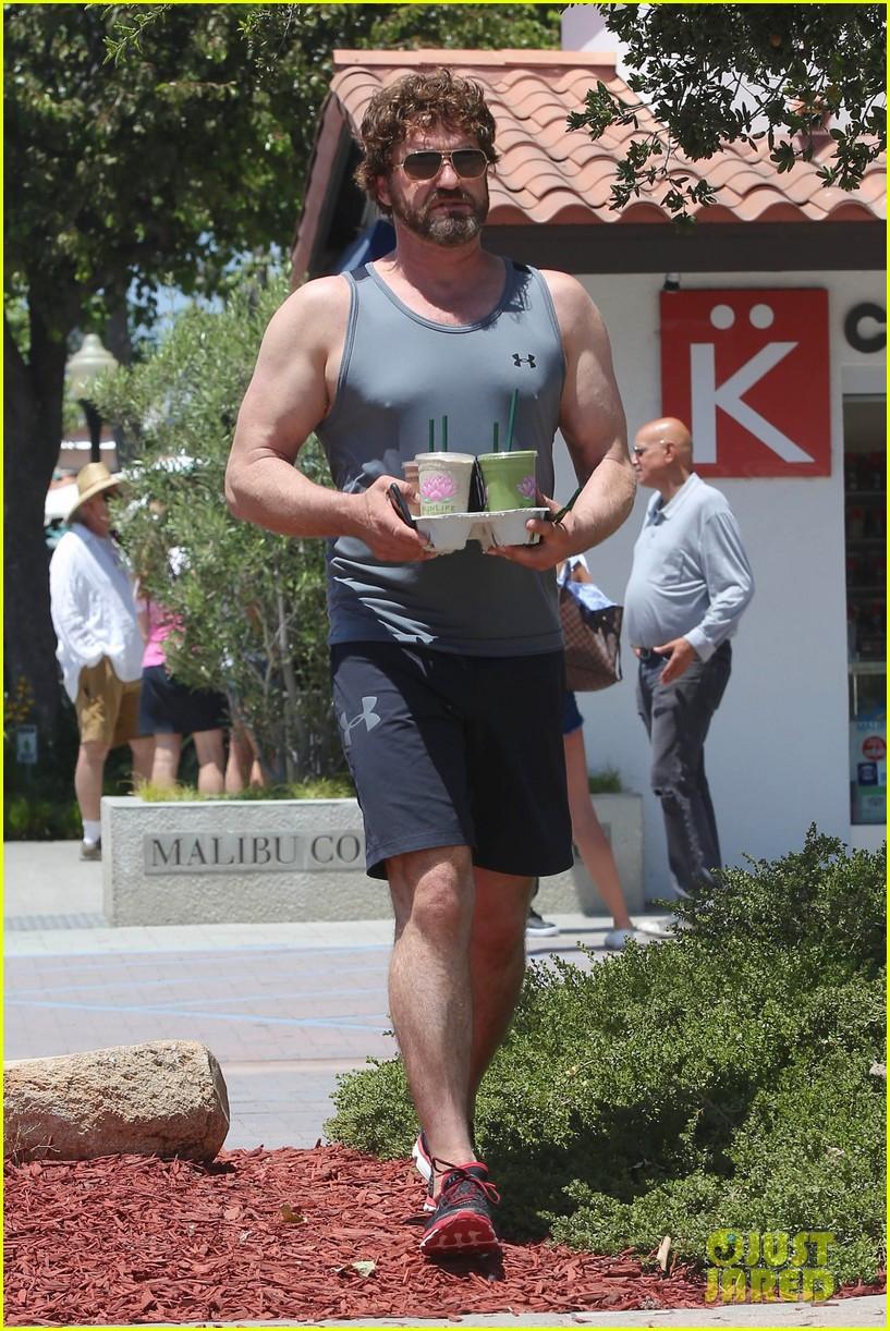 gerard butler shows off his buff biceps in la033906729