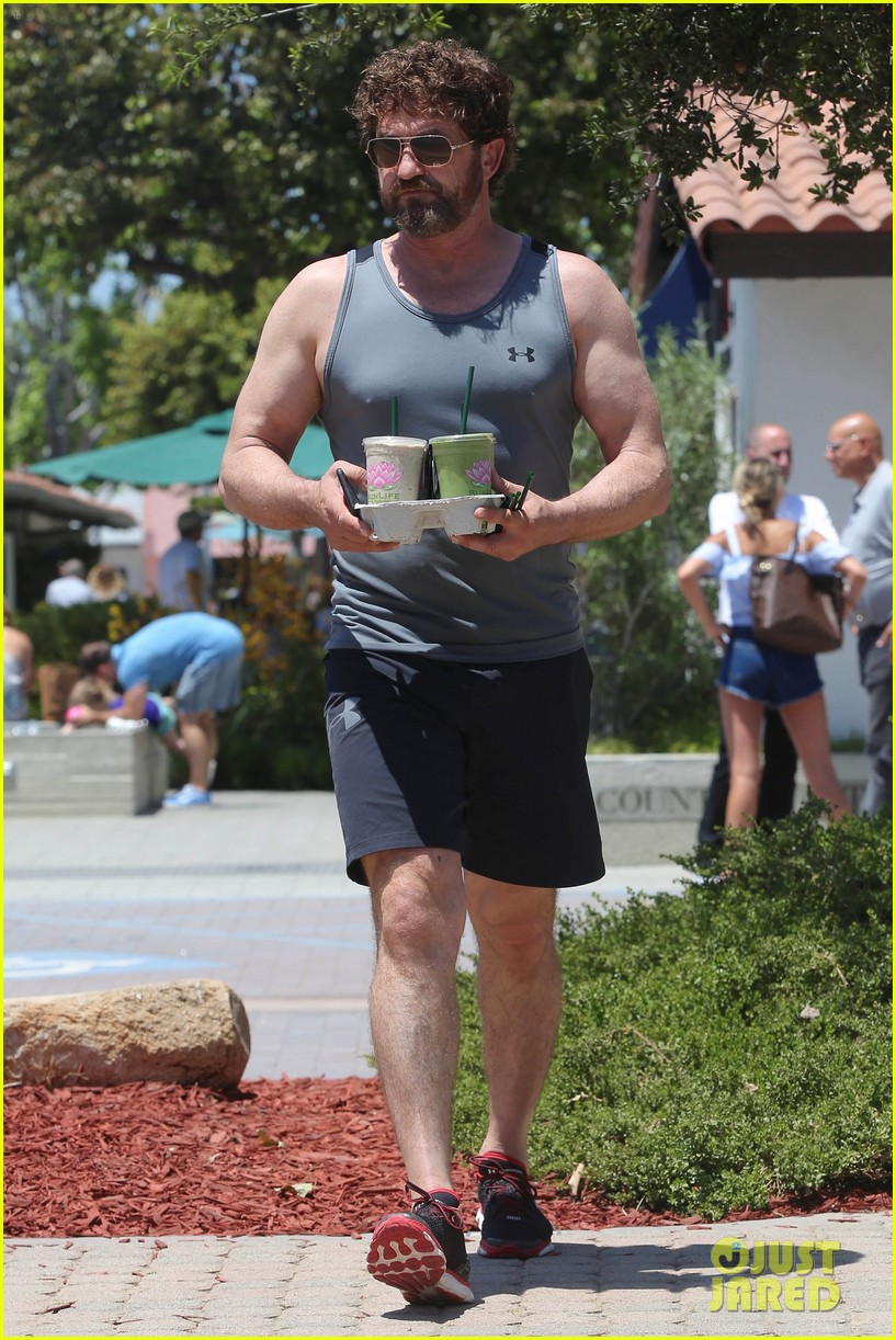gerard butler shows off his buff biceps in la053906731