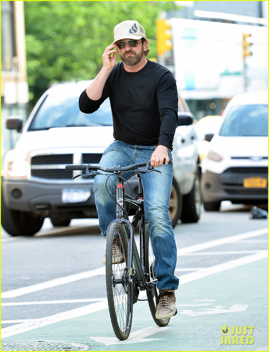 gerard butler enjoys outdoor meal and bike ride around nyc 033905739