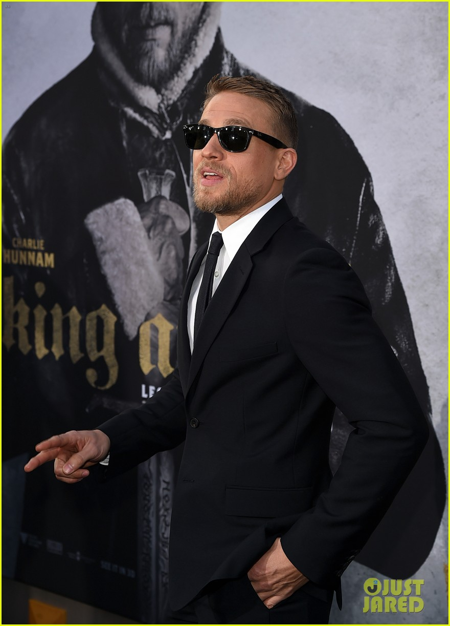 charlie hunnam suits up for king arthur premiere043896862