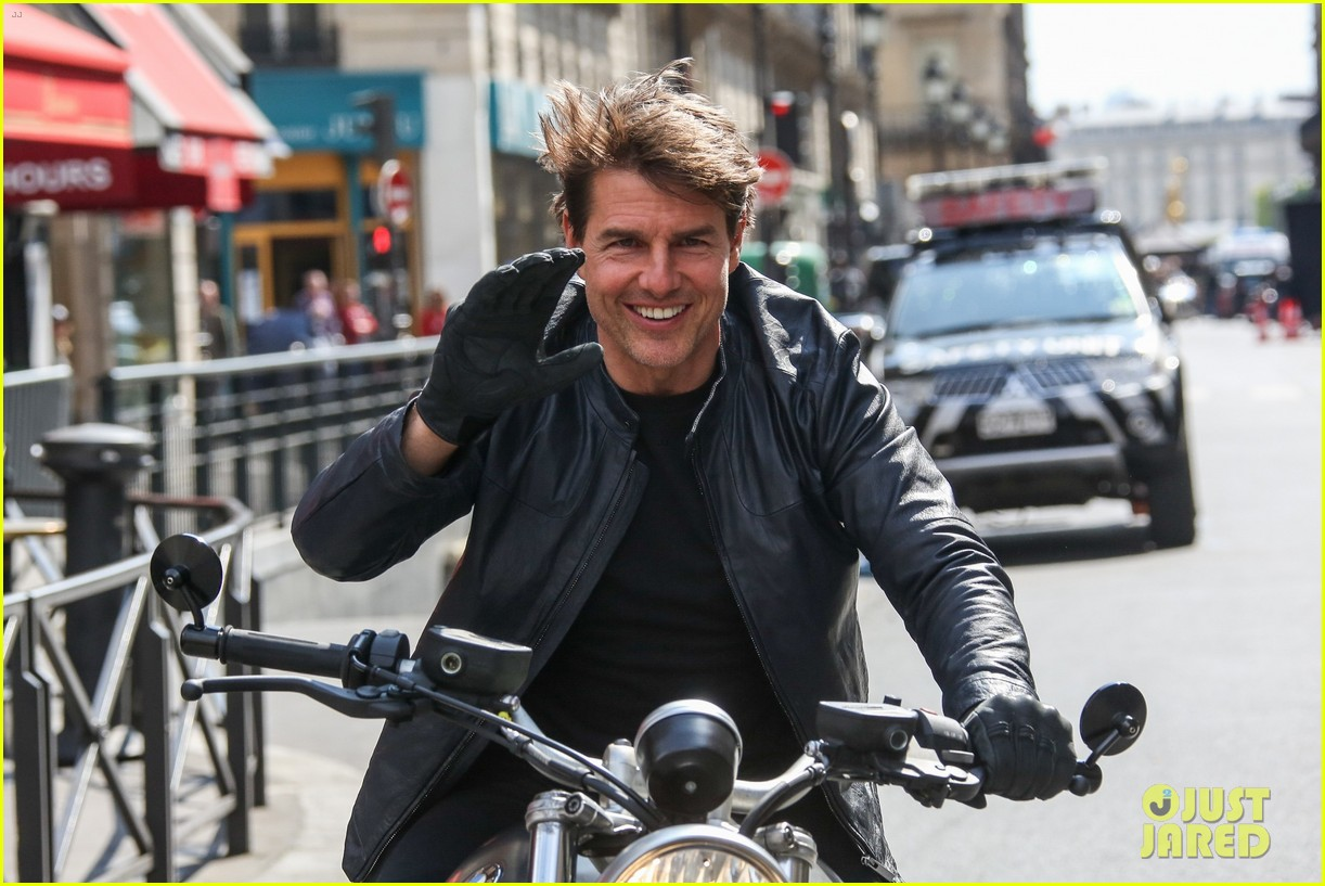 tom cruise fixes his hair after filming 39 mission impossible 6 39 motorcycle scenes photo 3895288. Black Bedroom Furniture Sets. Home Design Ideas