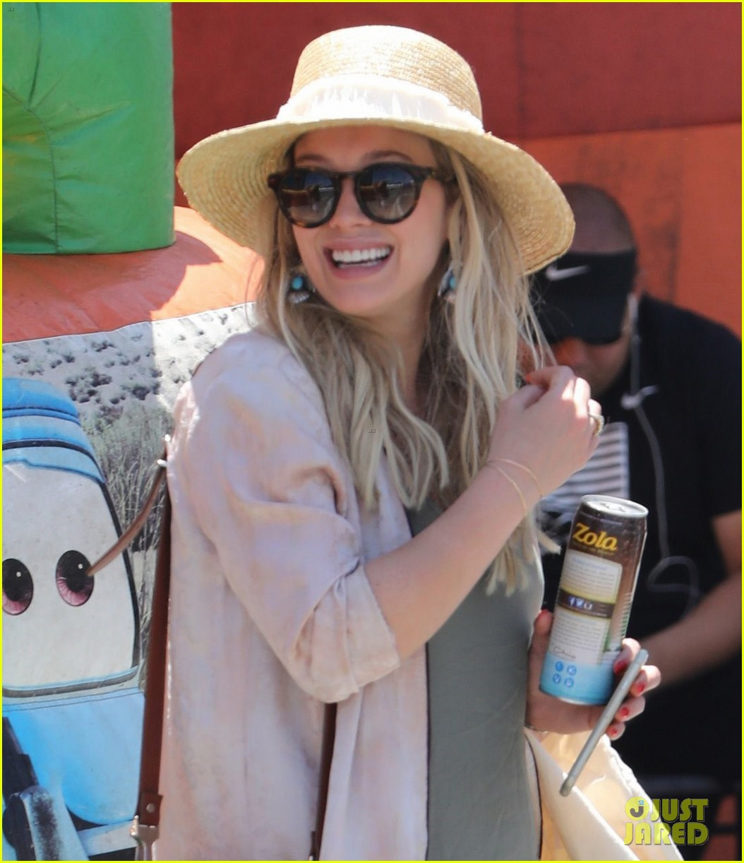 hilary duff spends the afternoon at the farmers market023907251