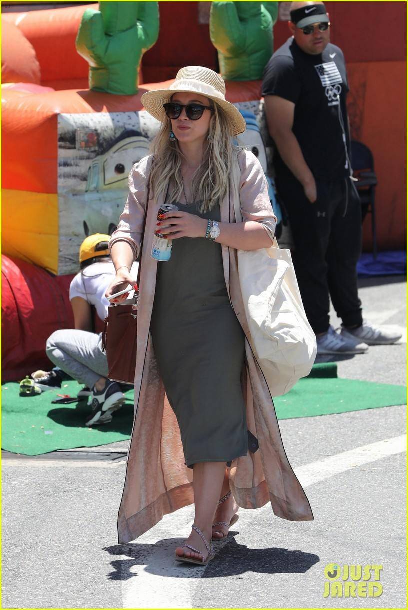 hilary duff spends the afternoon at the farmers market043907253