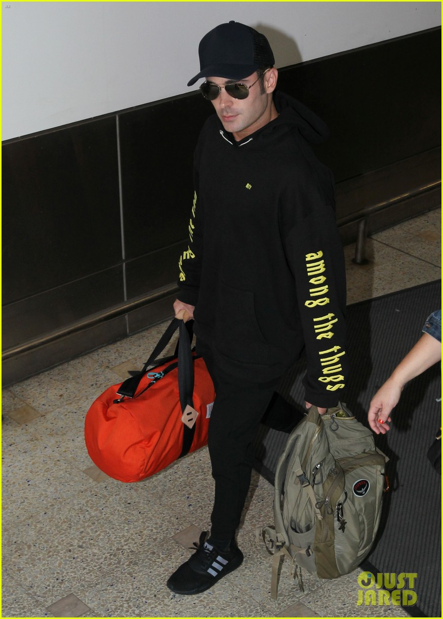 zac efron arrives down under with alexandra daddario 033900102