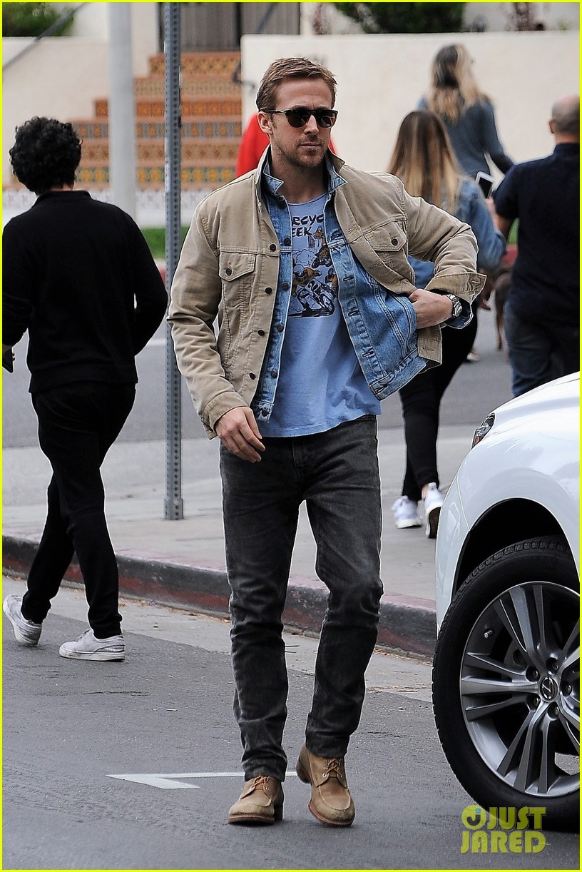 ryan gosling puts on red nose for red nose day 013905655