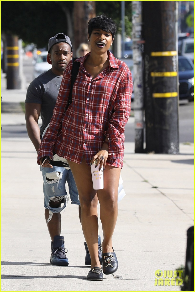 jennifer hudson rocks oversized plaid shirt after dropping some chill inducing vocals 053905879