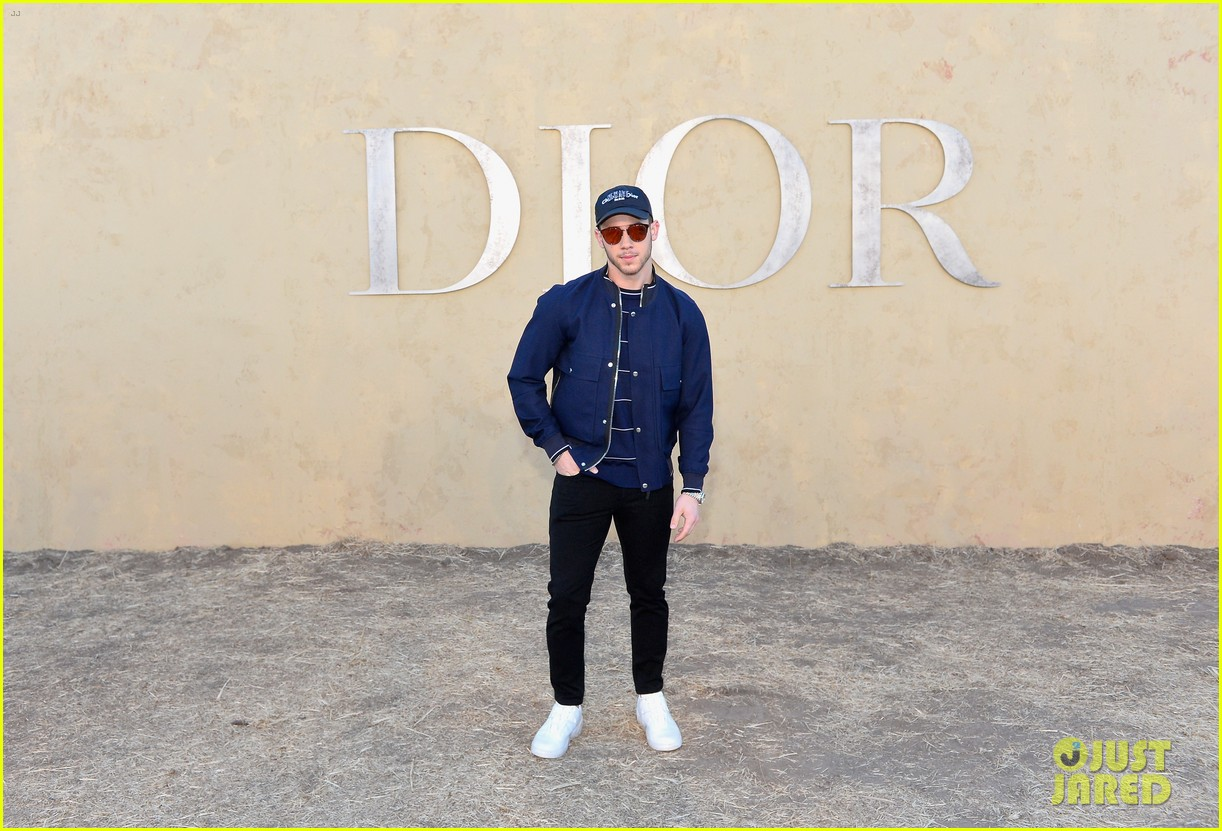 nick jonas bares buff biceps ahead of dior fashion show 013898053