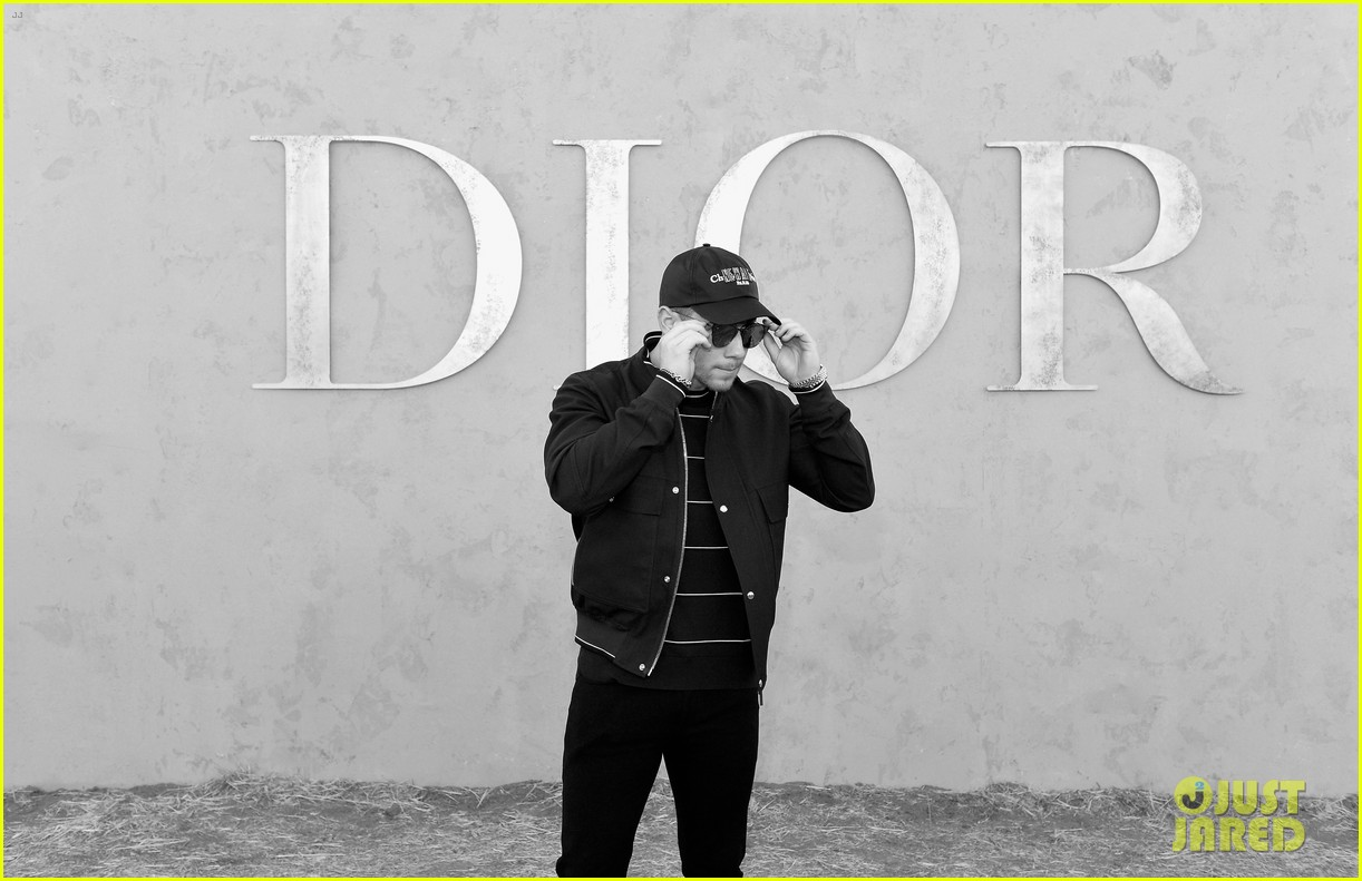 nick jonas bares buff biceps ahead of dior fashion show 133898065