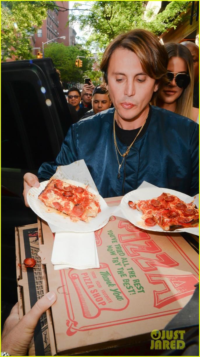 kim kardashian khloe kardashian pizza 033899660
