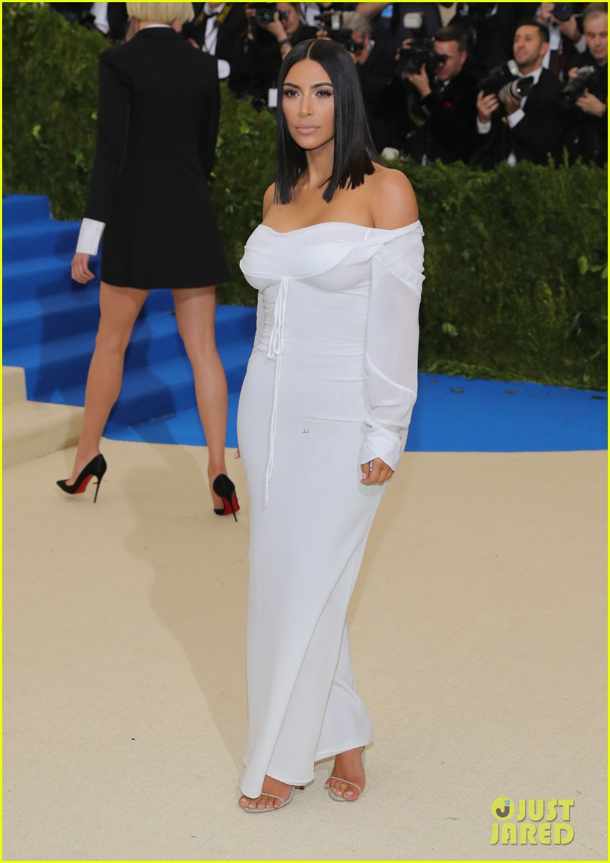 Kim Kardashian Goes Solo at Met Gala 2017 Wears No Jewelry Photo