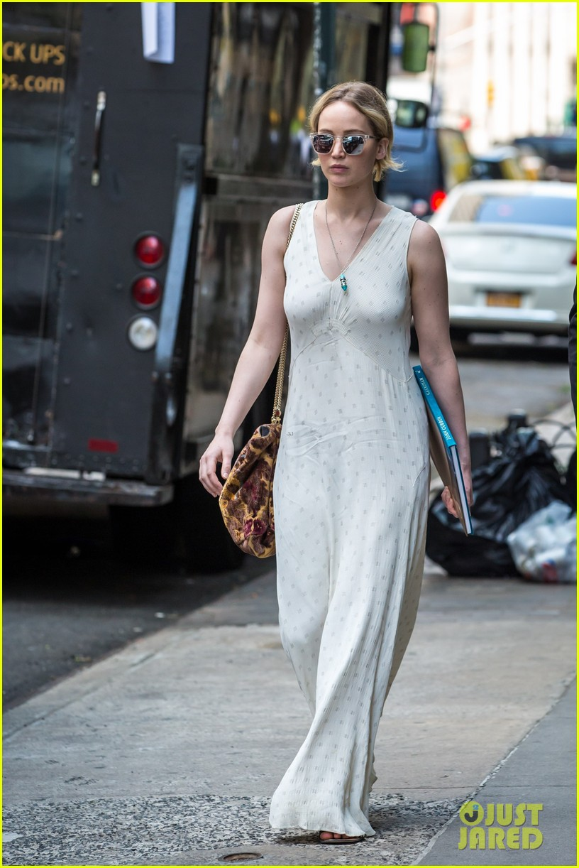 jennifer lawrence visits boyfriend darren aronofskys house with her dog 023901639