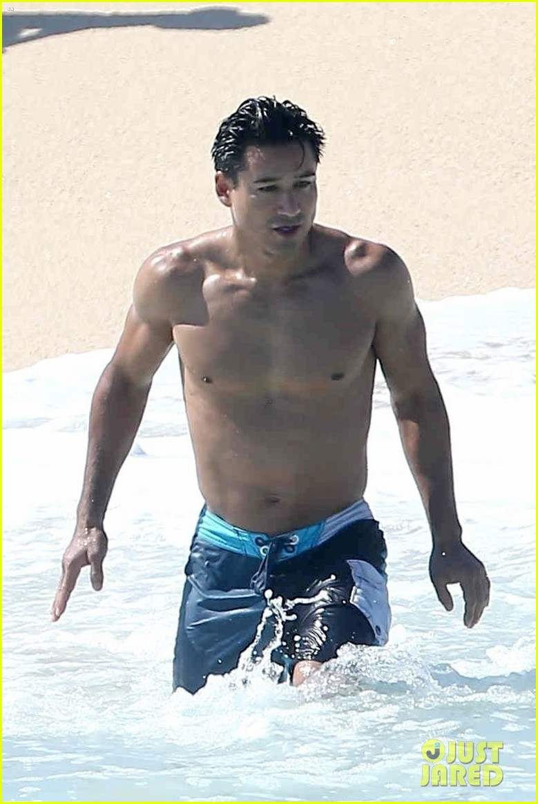 mario lopez goes shirtless on mdw vacation023906697