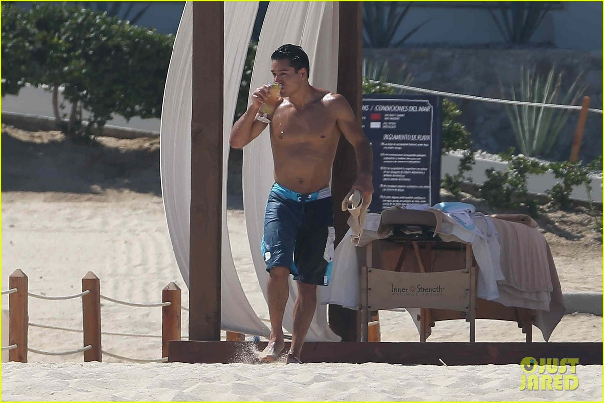 mario lopez goes shirtless on mdw vacation033906698