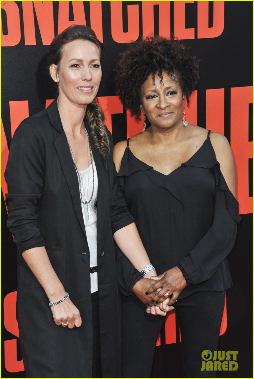 wanda sykes plays author quiz with amy schumer goldie hawn on chelsea 023897555