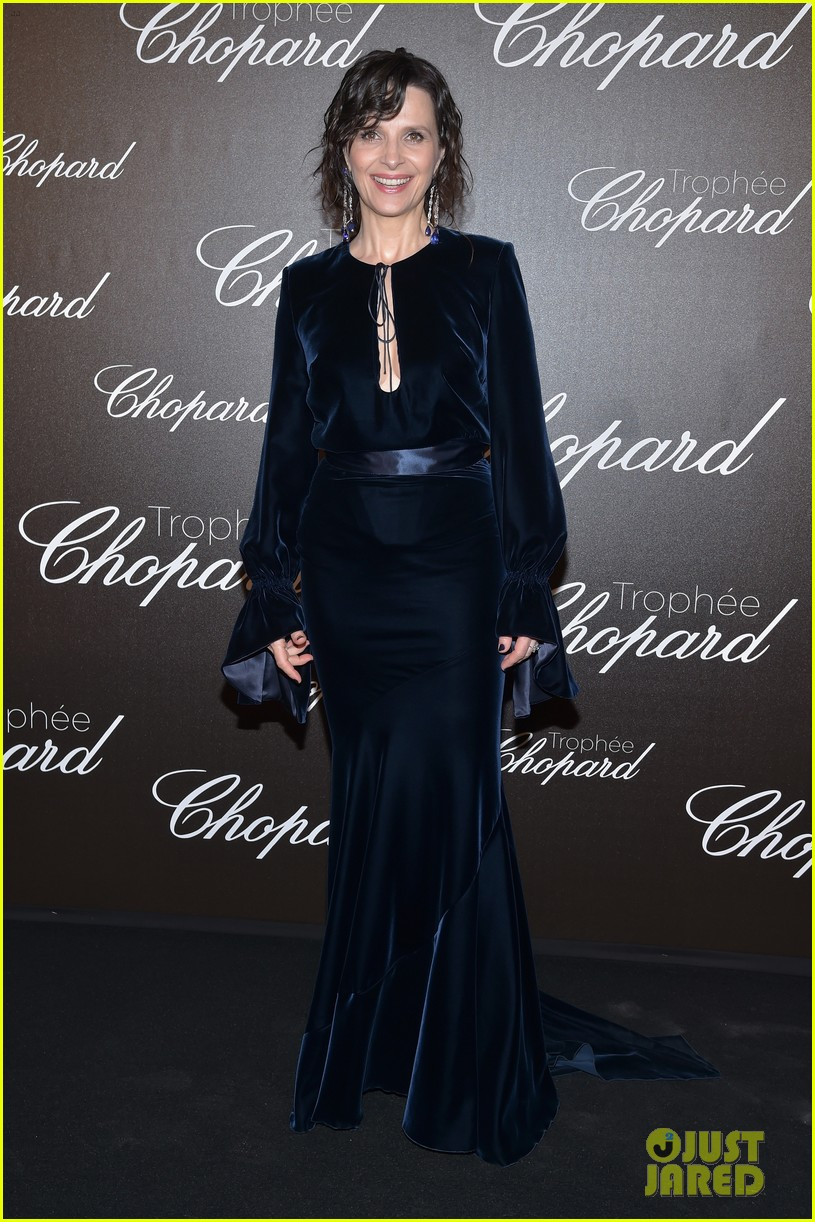 charlize theron presents anya taylor joy with chopard rising star trophy2 013903743
