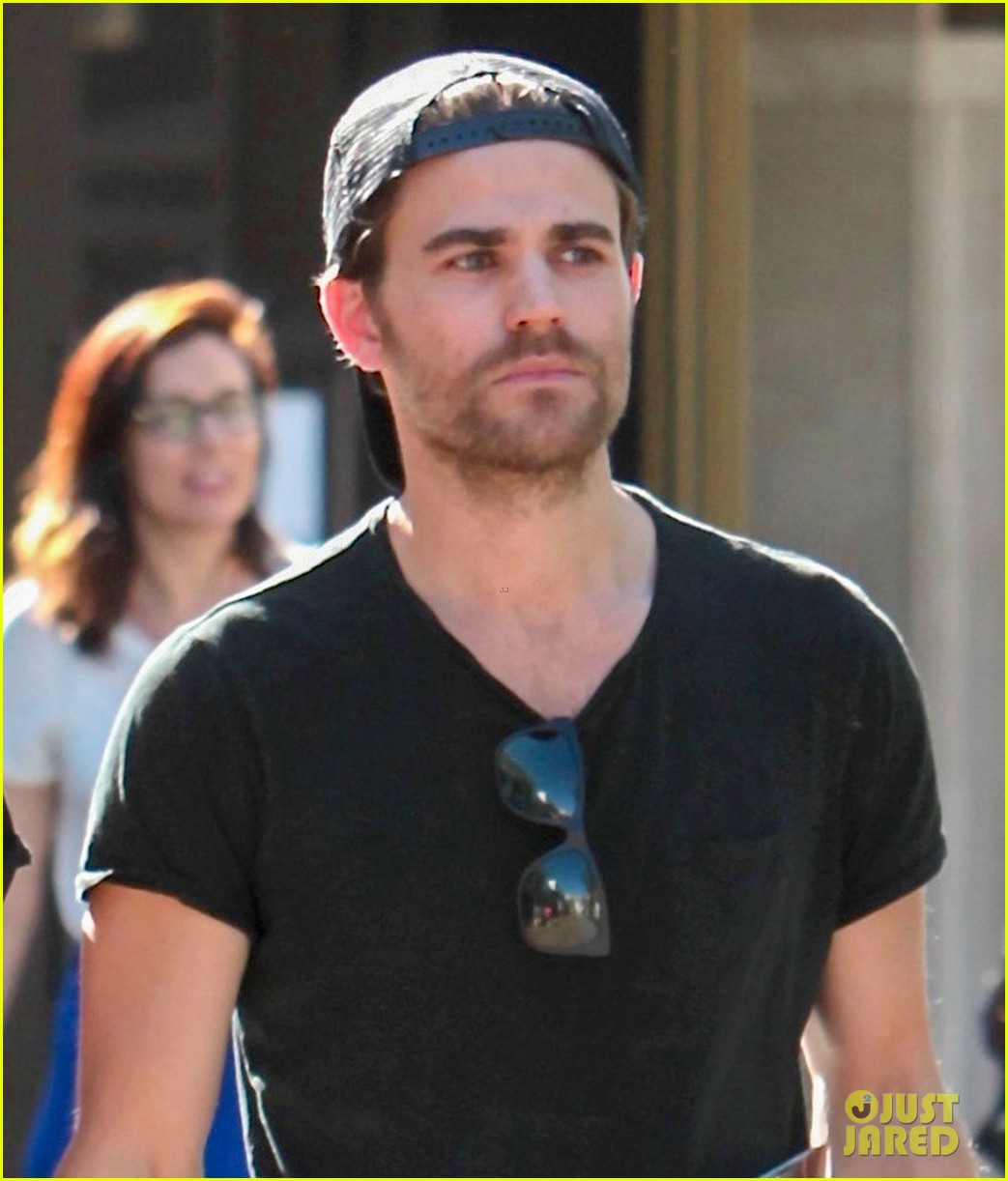 paul wesley phoebe tonkin hold hands confirm theyre back together 013894373