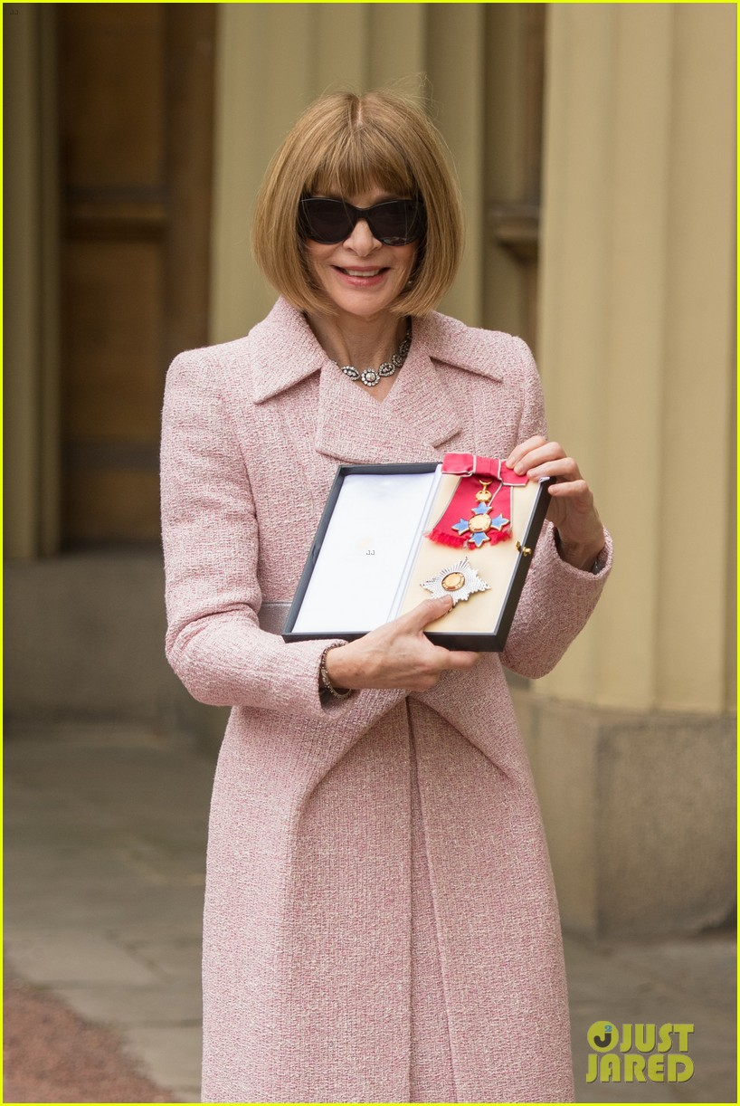 anna wintour becomes a dame 033895454