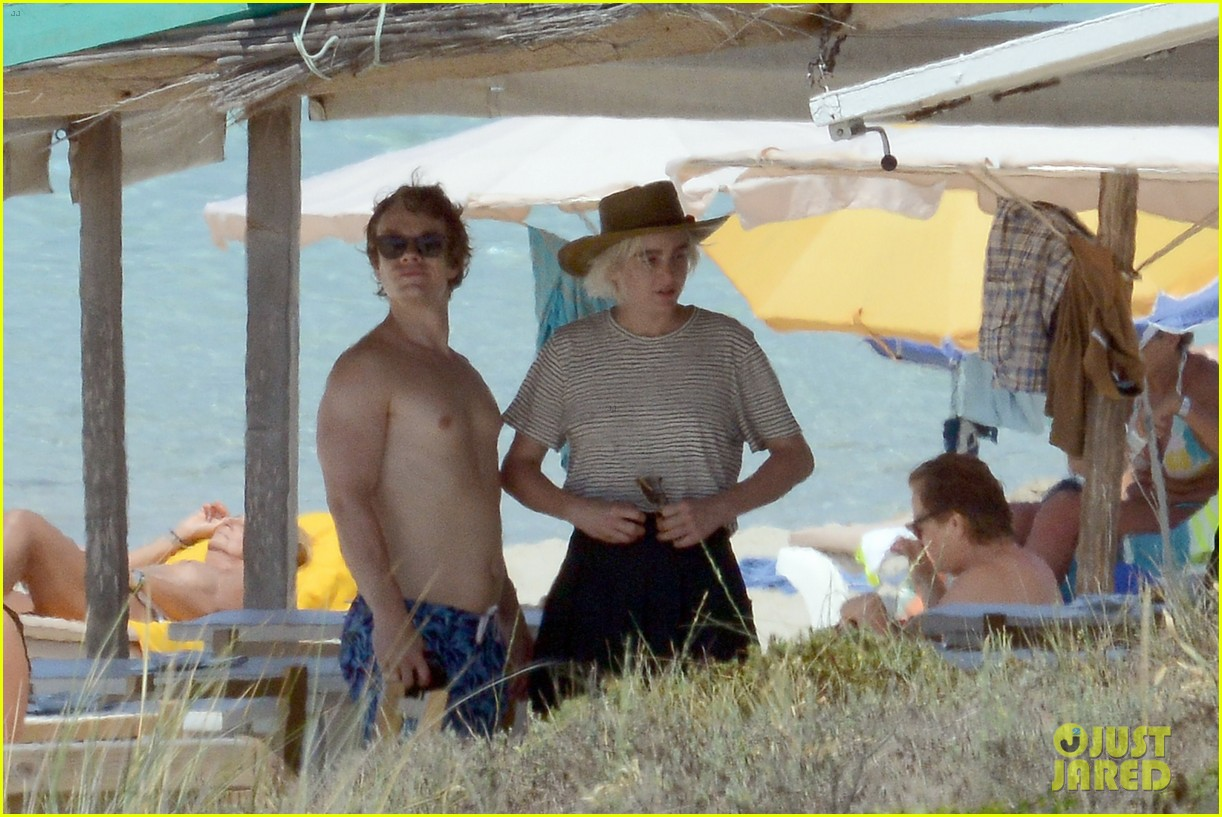 alfie allen hits the beach with his girlfriend 383915011