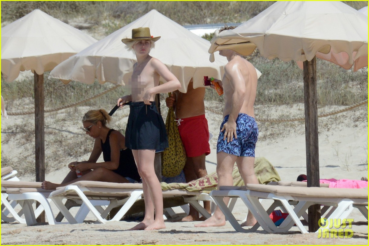 alfie allen hits the beach with his girlfriend 413915014