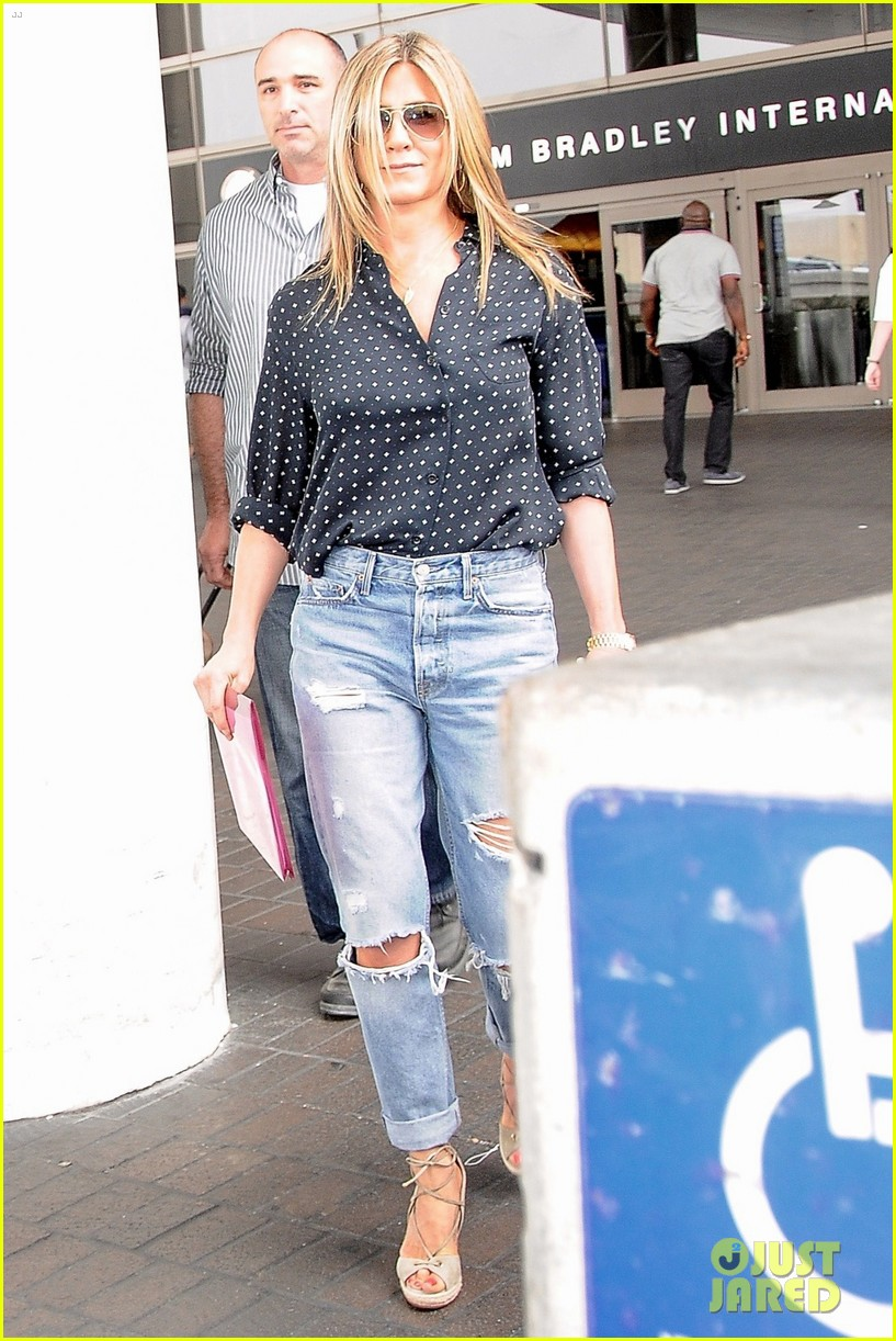 jennifer aniston arrives in la while justin theroux cruises through nyc 033918938