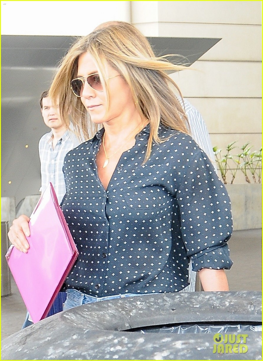jennifer aniston arrives in la while justin theroux cruises through nyc 053918940