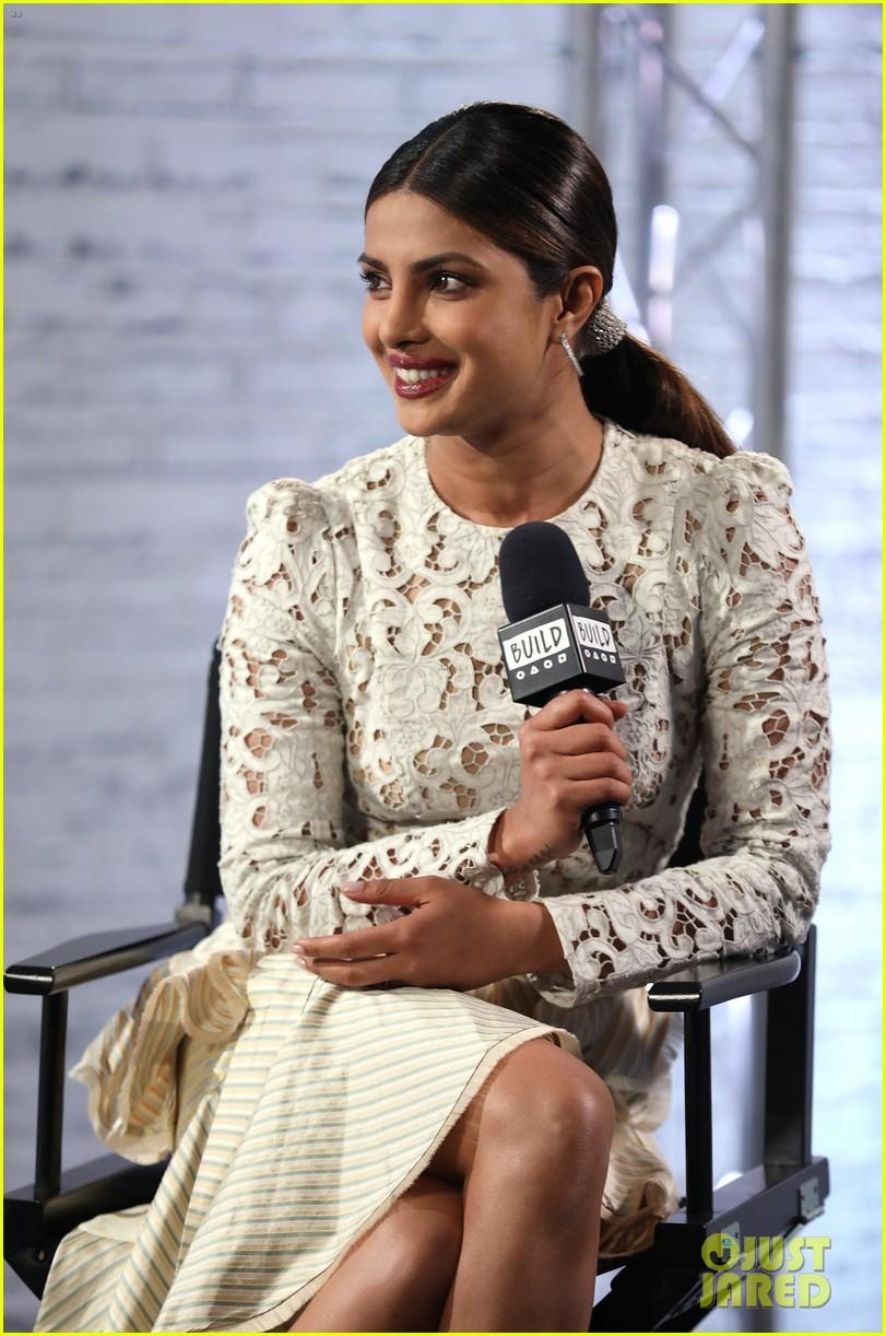 priyanka chopra answers baywatch questions in london 043908004