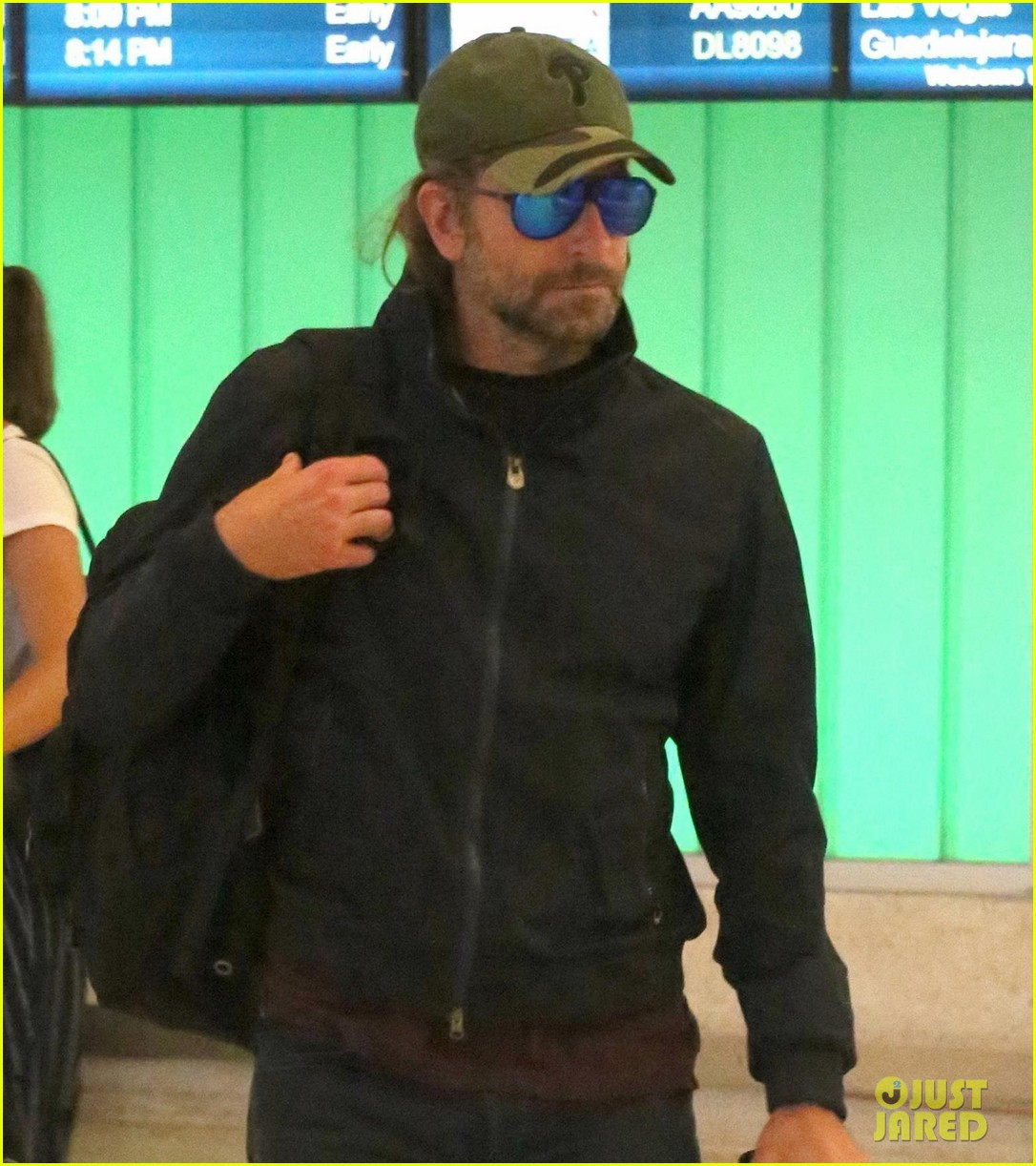bradley cooper catches a flight home013920796