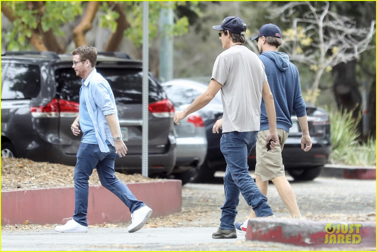 leonardo dicaprio hangs out with buddies 053909384