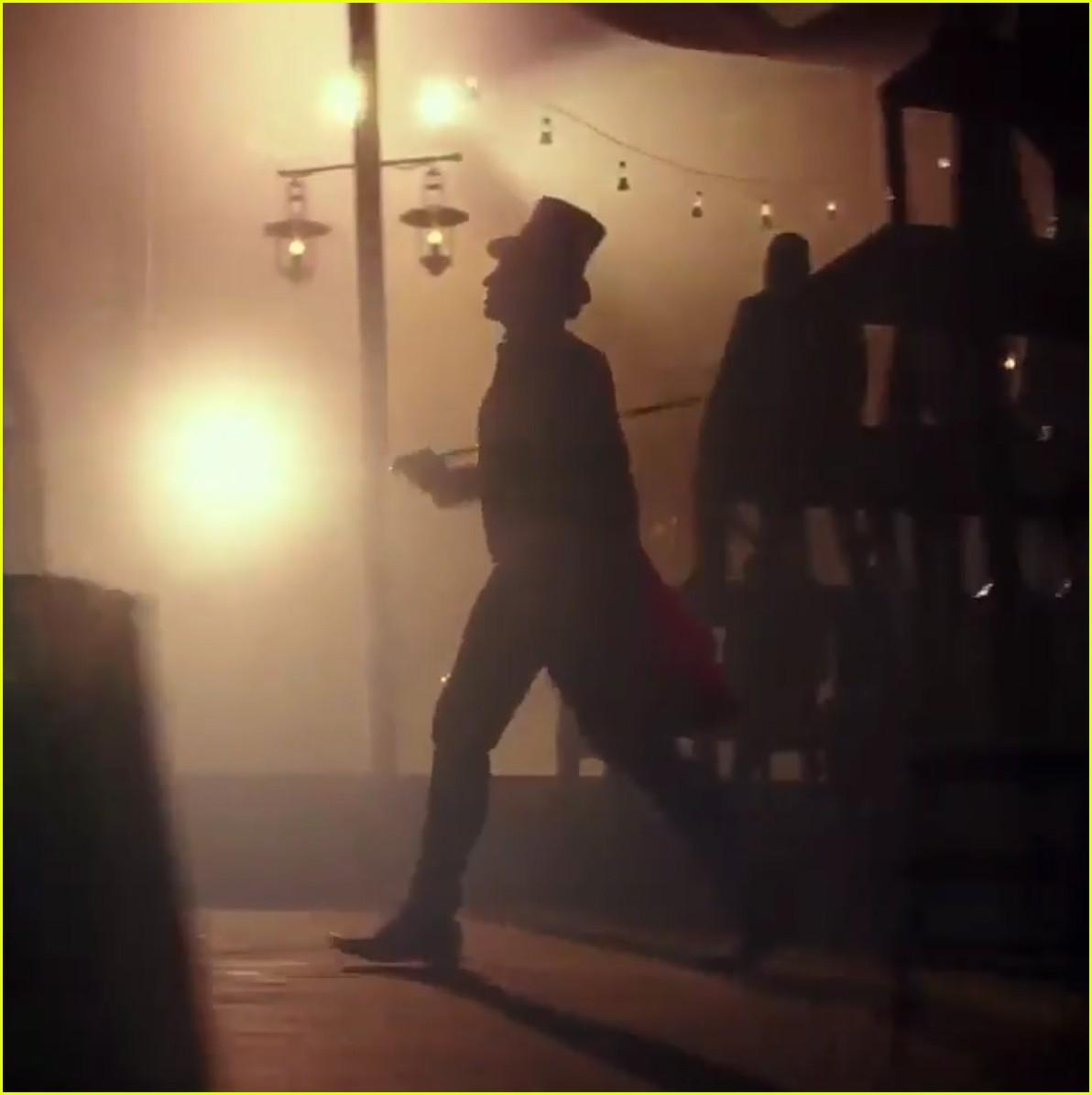 zac efron zendaya trapeze greatest showman tease 063920487