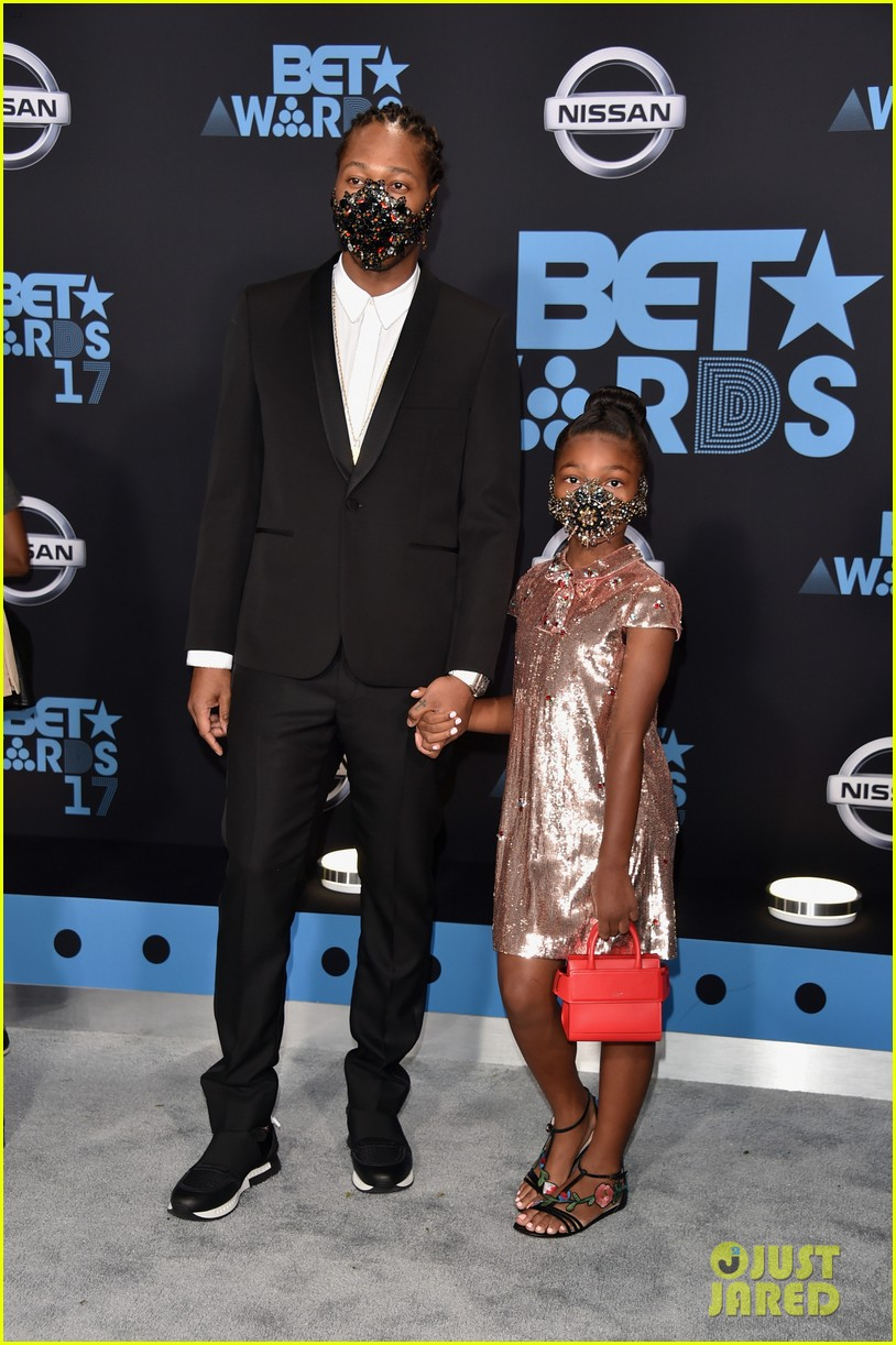 future daughter londyn wear masks to bet awards 2017043919758