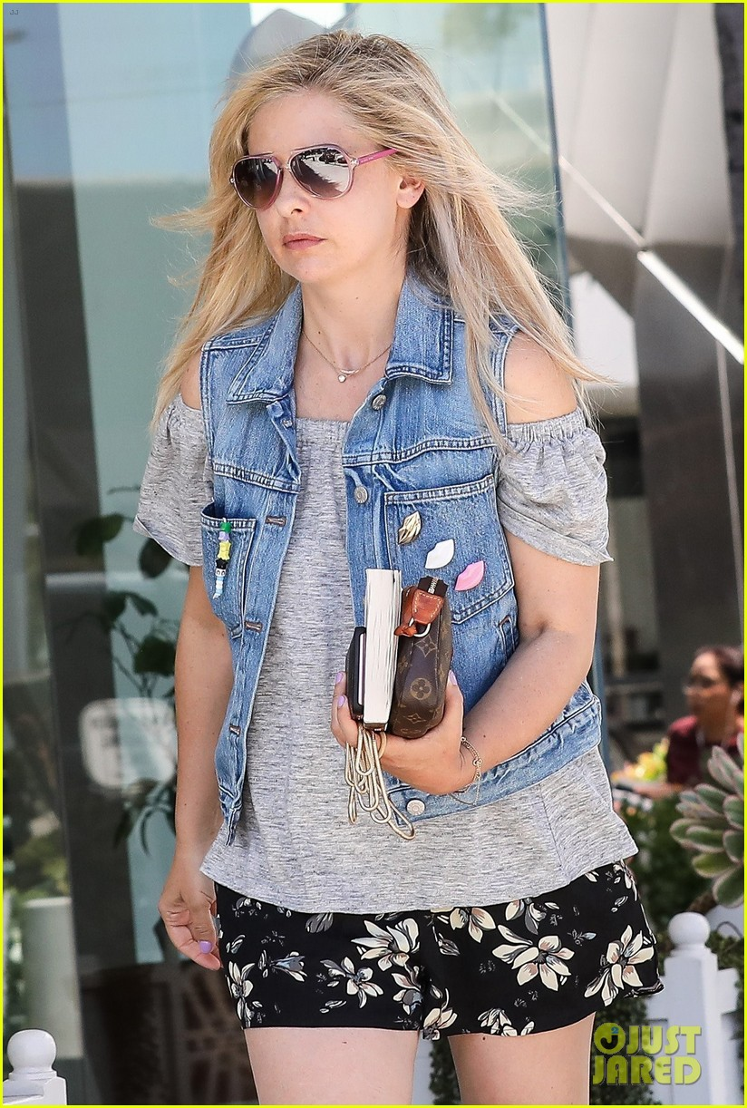 smg spends her afternoon shopping in la023916671