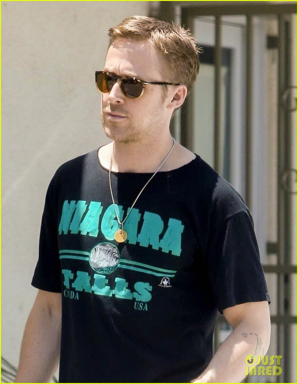 ryan gosling relaxes his muscles at an acupuncture clinic 043922039