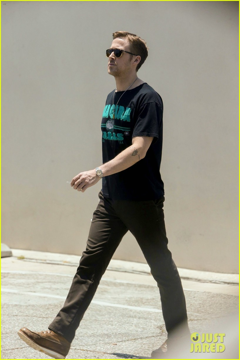 ryan gosling relaxes his muscles at an acupuncture clinic 053922040