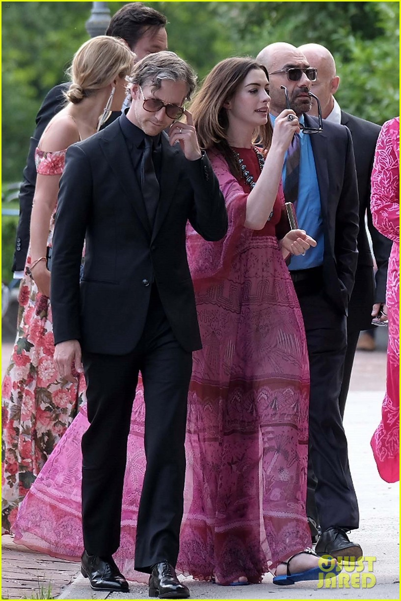 Anne Hathaway Wedding.Anne Hathaway Emily Blunt Arrive For Jessica Chastain S Italian