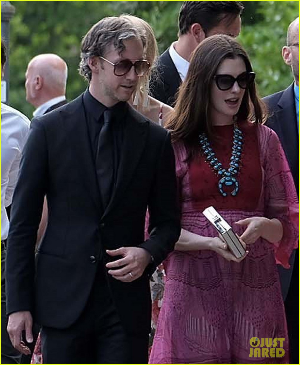 Anne Hathaway Engaged Celebrity Save The Dateanne: Anne Hathaway & Emily Blunt Arrive For Jessica Chastain's
