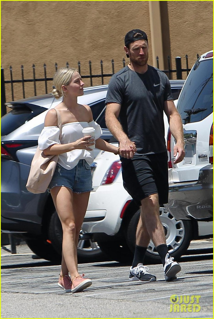 julianne hough and fiance brooks laich even hold hands while running errands 013918462