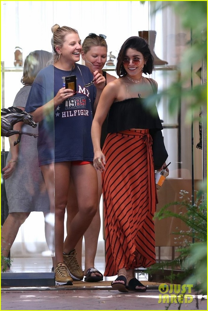 vanessa hudgens cant stop laughing while shopping with friends 083921600