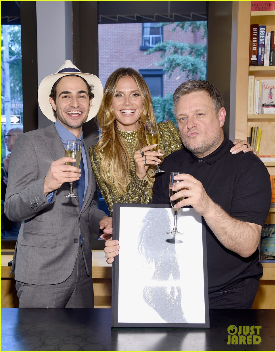 heidi klum stuns at her book signing in nyc053910190
