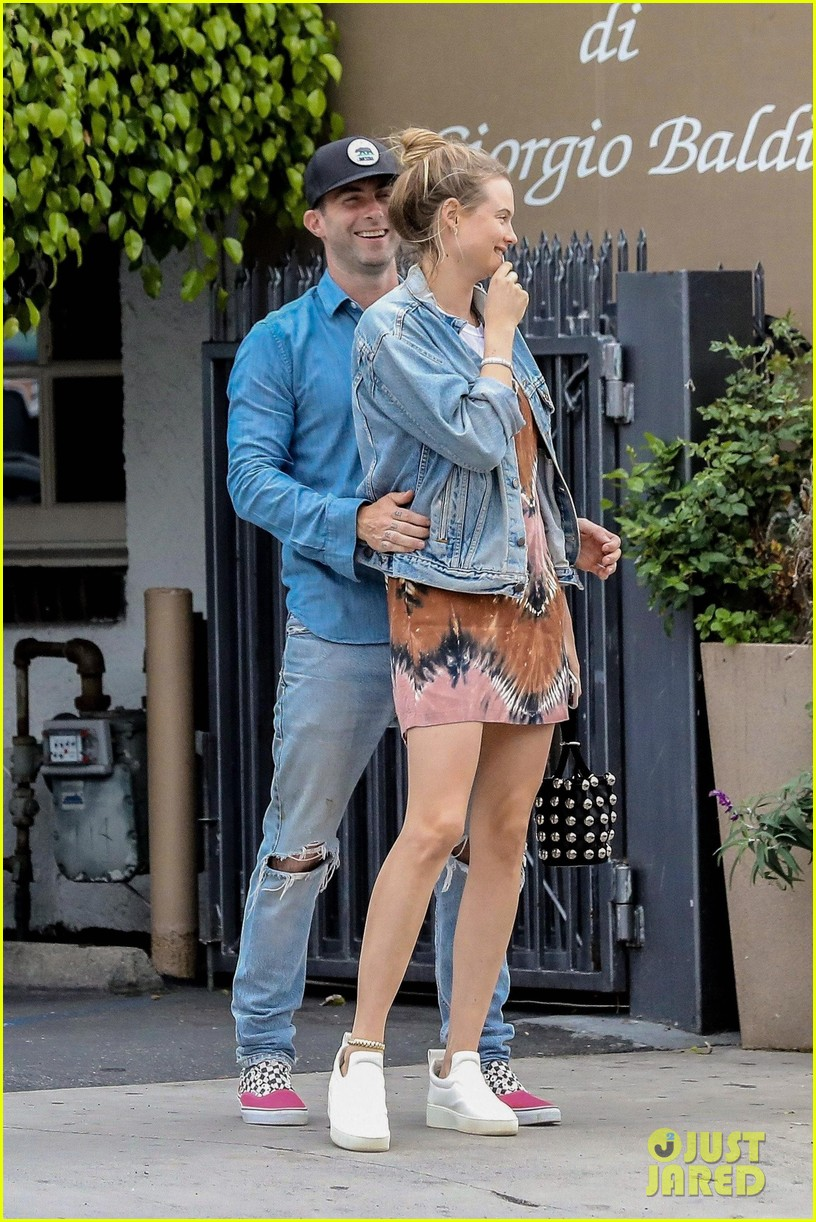 adam levine behati prinsloo flaunt cute pda on date night 143919922