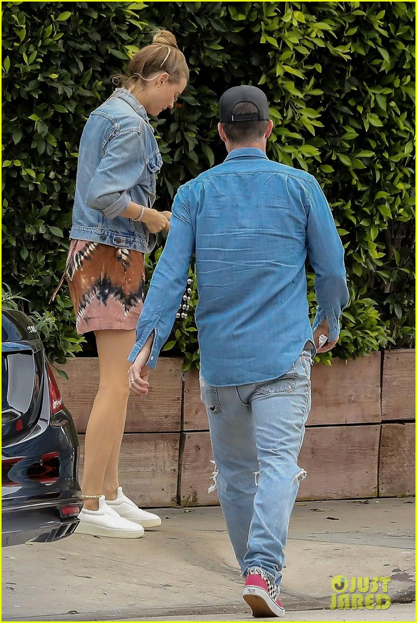 adam levine behati prinsloo flaunt cute pda on date night 273919935