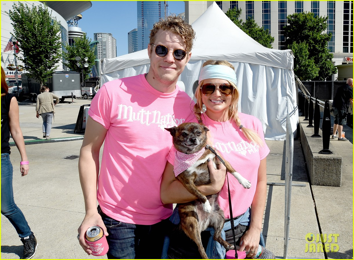 miranda lambert anderson east couple up with cute puppies 013911994