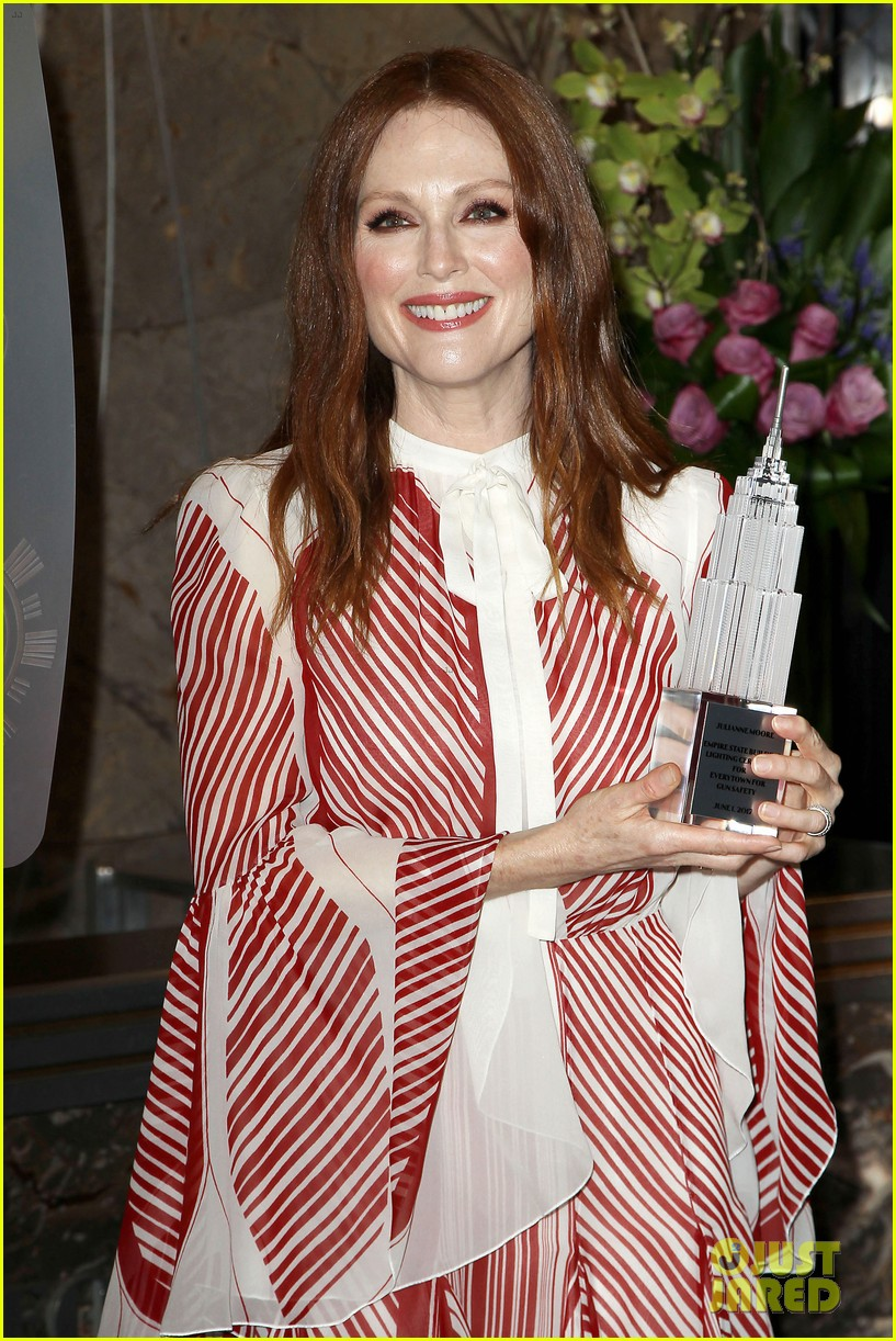 julianne moore urges fans to wear orange on friday 043907912