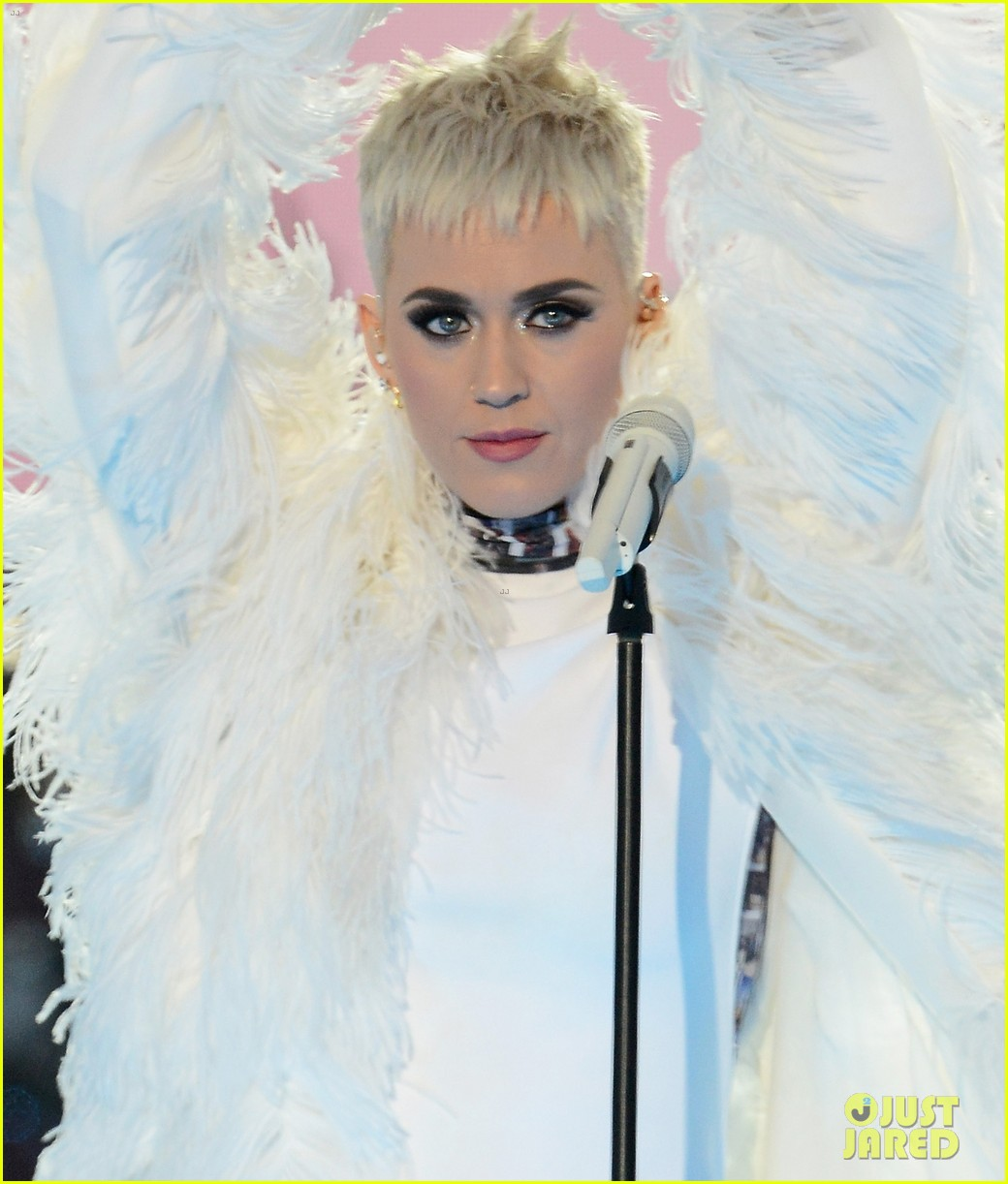katy perry wore manchester victims photos on her dress 023909287